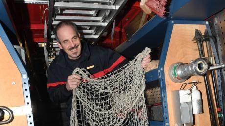 Bei der Tierrettung kommt gelegentlich auch ein Fangnetz zum Einsatz, wie hier Friedhelm Bechtel von der Berufsfeuerwehr Augsburg zeigt.