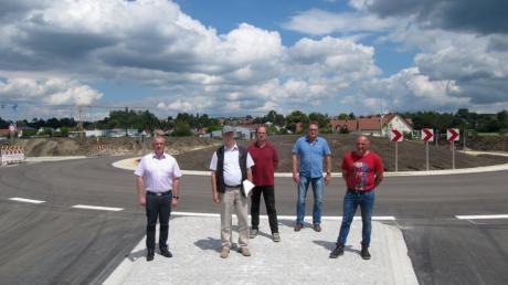 Unter anderem um die Gestaltung dieses Kreisverkehrs (im Hintergrund) in der Edelstetter Straße geht es. Das Foto entstand bei der Freigabe  für den Verkehr, die schon einige Wochen zurückliegt.