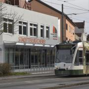 Die Neueröffnung der Stadtteilbücherei Lechhausen in der Blücherstraße steht kurz bevor. Die Einrichtung ist vom hinteren Teil des Gebäudes in den vorderen umgezogen. Auf zwei Stockwerken gibt es bald Bücher und andere Medien, PC-Arbeitsplätze und Kreativräume für die Besucher.