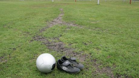 Der Fußballplatz in Aindling ist ein Opfer von Vandalismus. Ein Autofahrer machte dort Driftübungen und hinterließ tiefe Furchen im Rasen.