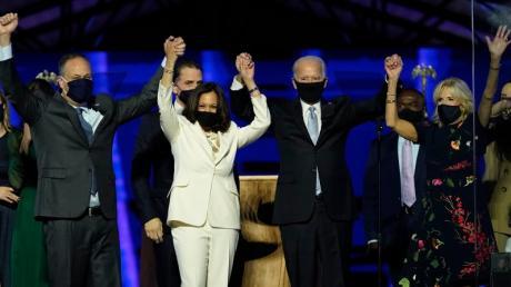 """""""Sie sind jetzt Teil der Familie – ob sie wollen oder nicht"""": Das haben Joe Biden und seine Frau Jill (rechts) schon öfter über die kommende Vizepräsidentin Kamala Harris und ihren Mann Doug (rechts) gesagt."""