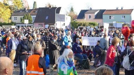 800 Menschen demonstrierten  am 14. November auf dem Aichacher Volksfestplatz friedlich gegen Corona-Schutzmaßnahmen der Regierung.
