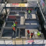 17.11.2020, Bayern, Weißenhorn: Wände werden im ersten Stock eines Rohbaus mittels eines 3D-Betondruckers in Schichten hoch gezogen Luftaufnahme mit einer Drohne. Das Haus, das im fertigem Zustand aus drei Stockwerken bestehen soll, ist laut Hersteller das größte gedruckte Wohnhaus Europas. Foto: Karl-Josef Hildenbrand/dpa +++ dpa-Bildfunk +++