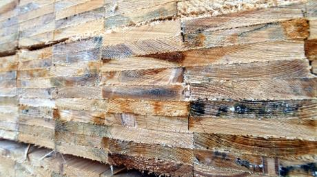 Verschwinden an der A 96 im Landkreis Landsberg Ackerflächen, um ein Werk zur Holzverarbeitung zu errichten? Von entsprechenden Gesprächen hat der Bund Naturschutz gehört.