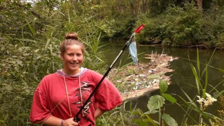Schülerin Zoe Prillwitz forscht zu Mikroplastik in Augsburger Fließgewässern.