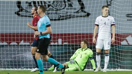 Bitterer Abend für die Mannschaft um Kapitän Manuel Neuer: Deutschland war chancenlos gegen Spanien.