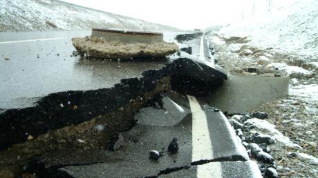Hochwasser richten in Schwabmünchen immer wieder große Schäden an, wie hier im Jahr 2006 an der Südostspange, die beim Starkregen unterspült worden war.