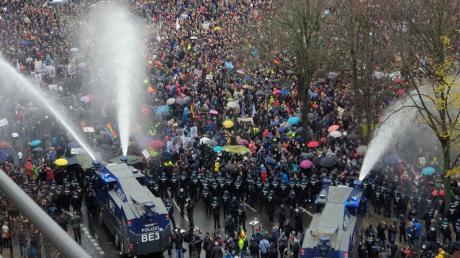 Die Demonstranten wichen trotz des Einsatzes der Wasserwerfer nur sehr langsam zurück.
