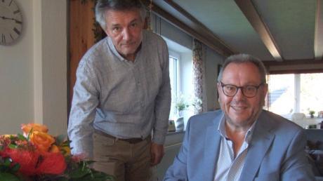 Das  Mickhauser Gemeindeoberhaupt Mirko Kujath ehrte seinen Vorgänger Hans Biechele rechts mit dem Ehrenbrief für langjährige kommunale Tätigkeit und mit dem Titel eines Altbürgermeisters.