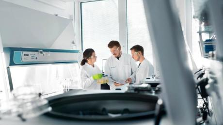Biontech-Mitarbeiter im Labor. Das Mainzer Unternehmen hat bei der US-Arzneimittelbehörde eine Notfallzulassung für seinen Corona-Impfstoff beantragt.