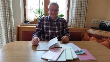 Regisseur Hubert Hillenbrand vom TSV Ustersbach war im Sommer schon fleißig am lesen - doch es wird noch etwas dauern, bis sein auserwähltes Stück aufgeführt wird.