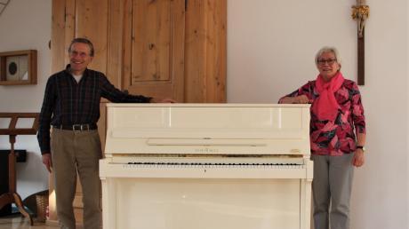 Nicht nur das Klavier und der Notenschrank bleiben verschlossen,  auch der gesamte Gesangs- und Chorbetrieb ist heruntergefahren. Das bedauern Marianne Beck und Gerhard Michl besonders.