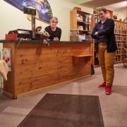 Angelika Holaschke betreibt im Untergeschoß einen Teeladen. Ihr Teppich gibt ihr Rätsel auf. Zusammen mit Stadtgeschichtsforscherin Susanne Wosnitzka betrachtet sie ratlos das geheimnisvolle Objekt.