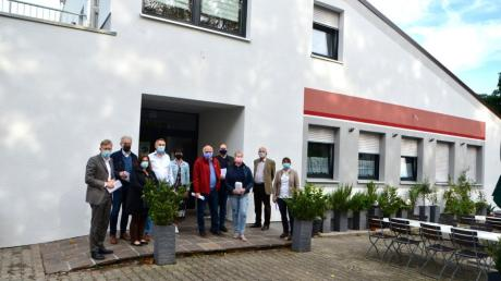 Stadträte und Bürgermeister Greiner haben die sanierte Halle besichtigt.