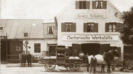 Von der mechanischen Werkstätte zum Autohaus: Georg Schäfer begann als Hufschmied und Spezialist für landwirtschaftliche Fuhrwerke und Geräte  in Schwabmünchen. Die Aufnahme entstand wohl um das Jahr 1910.