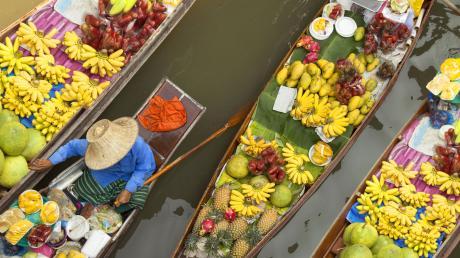 Einkaufen und Boot fahren: Der schwimmende Markt in Bangkok.