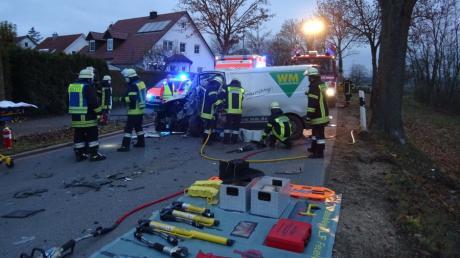 Bei einem Unfall in Auchsesheim ist ein Kastenwagen mit einem Traktor zusammengestoßen.