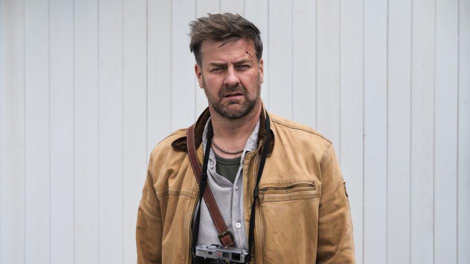 """Eine Szene aus dem Film """"Alle Nadeln an der Tanne"""": Marcus Mittermeier spielt Moritz, der nach einem Unfall ein Schädel-Hirn-Trauma und eine Persönlichkeitsstörung hat."""