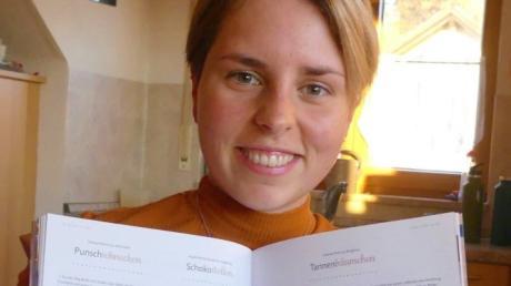 """Vanessa Kehrle aus Herrenstetten freut sich über die Veröffentlichung ihrer """"Punschschnecken"""" im Zuckergussheft. Das Rezept findet man im Heft auf Seite 62. Im Foto sieht man es links im Bild."""