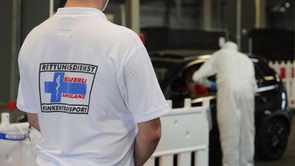 Das Corona-Testzentrum in Augsburg wird von einem privaten Rettungsdienst betrieben. Nun sucht die Stadt auch einen Betreiber für das geplante Impfzentrum.
