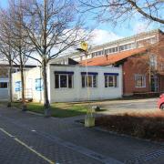 Die Grundschule Friedberg-Süd wird an der Nordostseite erweitert. Dort stehen derzeit noch die als Klassenzimmer genutzten Container.