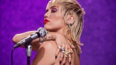 """Und Miley Cyrus zeigt zu """"Plastic Hearts"""" auch wieder viel Haut."""