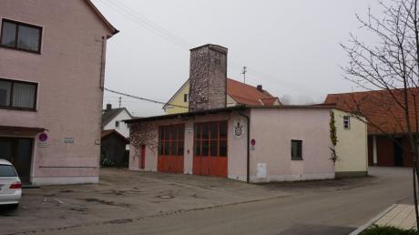 Der Bürgermeister von Todtenweis, Konrad Carl, könnte sich das alte Feuerwehrhaus als Standort für einen Dorfladen vorstellen. Hier wären jedoch kostspielige Arbeiten erforderlich.