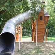 Die Stadt Friedberg will für Lärmschutz an der Rutsche des Schloss-Spielplatzes sorgen.
