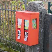 Ein Spaziergänger hat in Nördlingen ein abmontierten Kaugummiautomaten im Gebüsch gefunden.