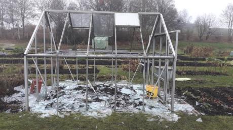 Ein Bild der Verwüstung: Unbekannte Täter haben im Krautgarten in Klingen mehrere Gewächshäuser zerstört oder beschädigt.