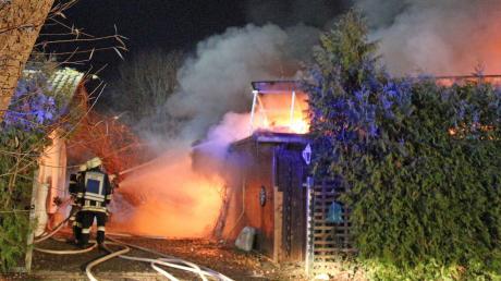 In der Nacht zum Samstag ist ein Wohnhaus in Illertissen komplett abgebrannt.