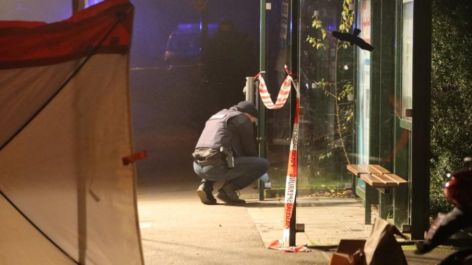 Nach einem Streit an der Bushaltestelle Uhlandstraße ist ein Mann gestorben. Nun sitzt eine 19-Jährige in Haft.