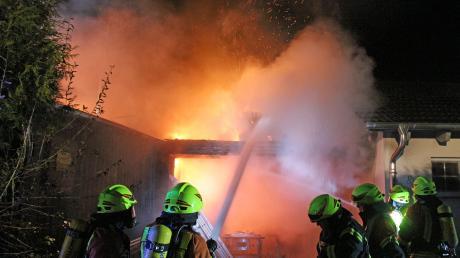"""In der Nacht zum Samstag stand in der Tiefenbacher Siedlung """"Im Höhlet"""" ein Haus in Flammen."""