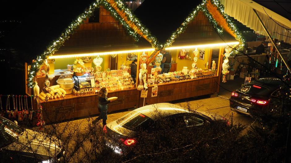 Mit dem Auto fährt man im Drive-in-Weihnachtsmarkt durch die Budengasse.
