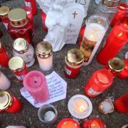 Freunde und Bekannte des 28-jährigen Opfers haben Kerzen und Kuscheltiere am Tatort abgelegt.