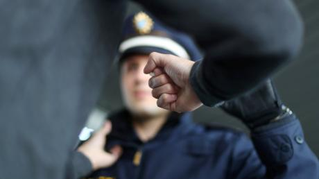 Ein Mann aus Fünfstetten hat eine Polizistin getreten.