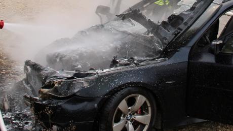 Die Feuerwehr löscht ein Auto auf dem Park-and-Ride-Platz bei Vöhringen