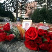 Freunde und Bekannte gedachten des Opfers Stefan D., 28, indem sie Fotos, Kerzen und Blumen am Tatort in der Chemnitzer Straße aufstellten.