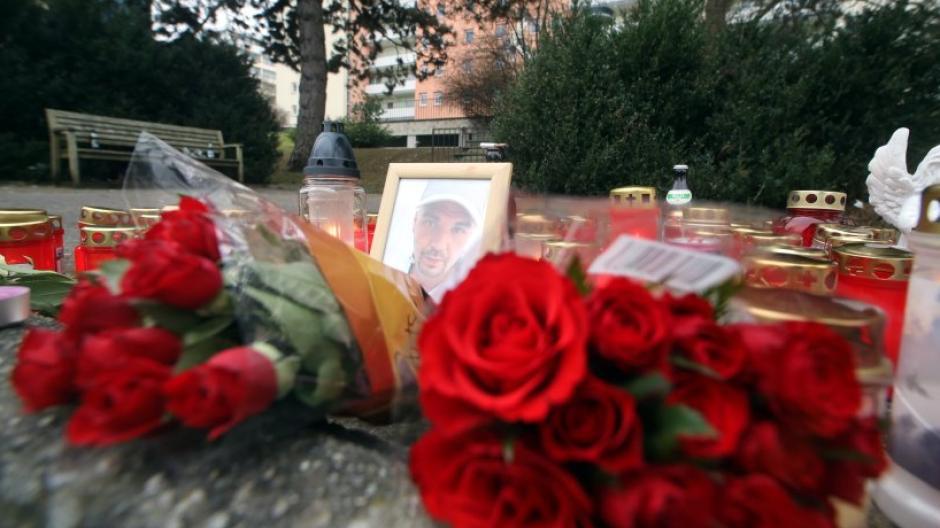 Freunde und Bekannte hatten nach der Gewalttat an der Bushaltestelle in Pfersee des getöteten Stefan D. gedacht.