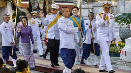 Die thailändische Königsfamilie bei einer religiösen Zeremonie Mitte Oktober: König Rama X. (rechts), seine Erstfrau und Königin Suthida (Mitte) sowie sein Sohn Dipangkorn.Foto: Getty Images