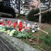 An einer Bushaltestelle im Augsburger Stadtteil Pfersee ist der 28-jährige Stefan D. erstochen worden. In Gedenken an daen Getöteten wurden diverse Gegenstände an der Haltestelle platziert.