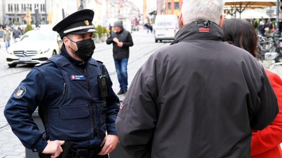 Die Kontrolleure des städtischen Ordnungsdienstes sind weiterhin in Augsburg im Einsatz, um bei Verstößen gegen die Maskenpflicht einzugreifen.