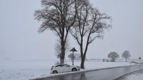 Bei Medlingen ist ein Autofahrer gegen einen Baum geprallt.