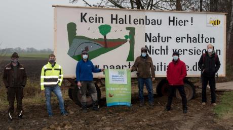 """Vertreter der Bürgerinitiative """"Paartal erhalten - für Mensch und Natur"""" und des Bund Naturschutz aus dem Landkreis setzen sich auf einer Fläche im Außenbereich von Kühbach für den Erhalt der Natur und gegen die Versiegelung von Flächen ein."""