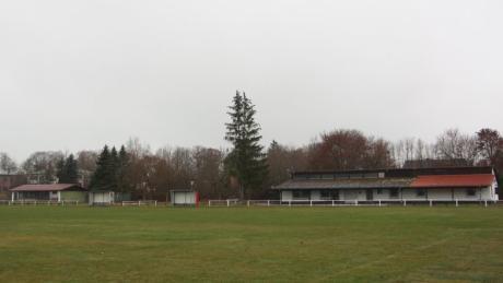 Die  Sportanlage Klosterlechfeld (rechts im Bild). Hier könnte links die mögliche Breitensporthalle gebaut werden.