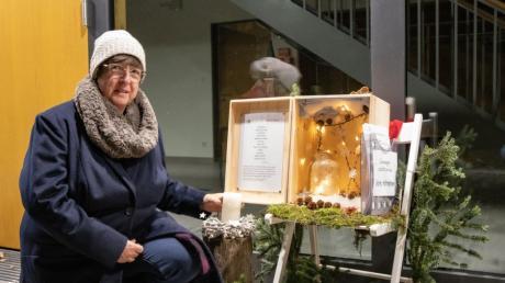 Elisabeth Schedler, Vorsitzende des Schwabegger Pfarrgemeinderates, besucht die erste Station des im Dorf verteilten Adventskalenders.