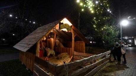 Zur Märchenweihnacht in Neusäß gehört auch die Krippe  mit den lebendigen Tieren in der Remboldstraße.