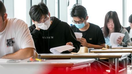 Trotz strenger Corona-Kontaktbeschränkungen sollen Studenten ihre schriftlichen Prüfungen weiter in Präsenz schreiben. (Symbolbild)