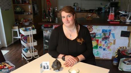 Susann-Mareen Theune-Vogelsang aus Gablingen mit dem Sterbebild von Wolfram Hoyer. Sie war dabei, als der Autobahnpfarrer von Adelsried bei einem tragischen Verkehrsunfall ums Leben kam.