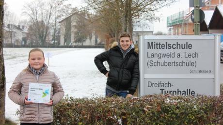Schülersprecherin Alina Magin (5a) und Dominik Gaal (9a) von der Mittelschule Langweid präsentieren stolz das Berufswahlsiegel der Bayerischen Wirtschaft.
